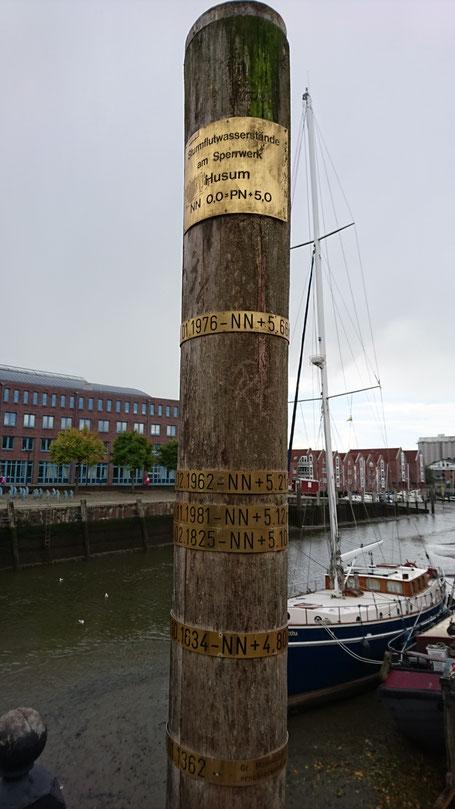 Sturmflutpfahl am Husumer Hafen
