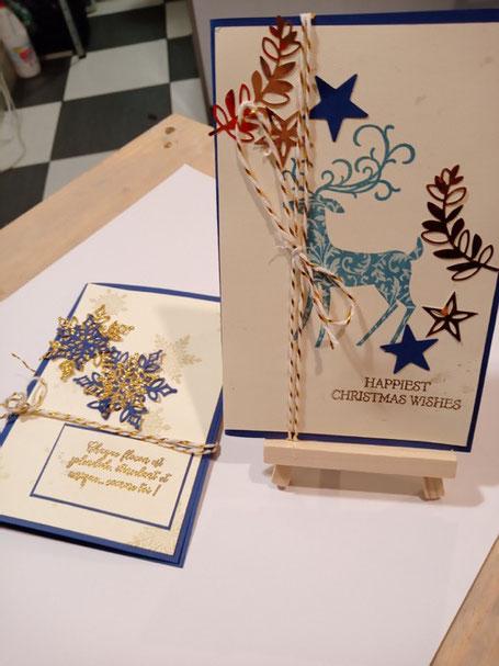 En premier plan une carte de Noël représentant un cerf avec des bois stilisés