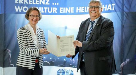 NRW-Heimatministerin Ina Scharrenbach übergab bei ihrem Besuch in Erkelenz die Fördermittelbescheide an Bürgermeister Peter Jansen. Foto: Ruth Klapproth