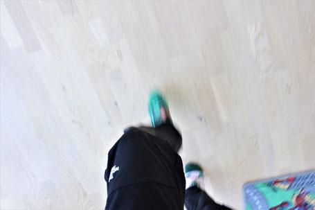 Meine Füße, wenn ich in die Ecke flitze