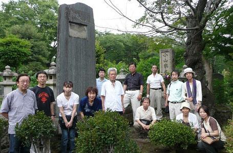 血液循環療法創始記念碑の前に集合(多磨霊園)Meeting in front of the monument to blood circulation therapy (Tama cemetery)