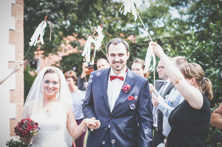 Glückliches Hochzeitspaar bei der freien Trauung