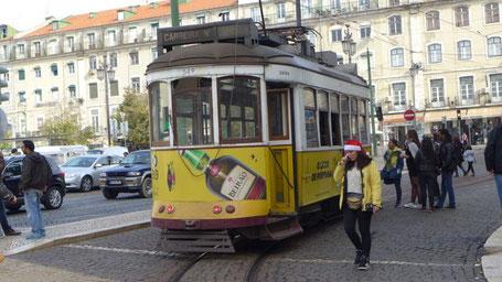 Linie 12, die durch die engen Straßen Lissabons fährt.