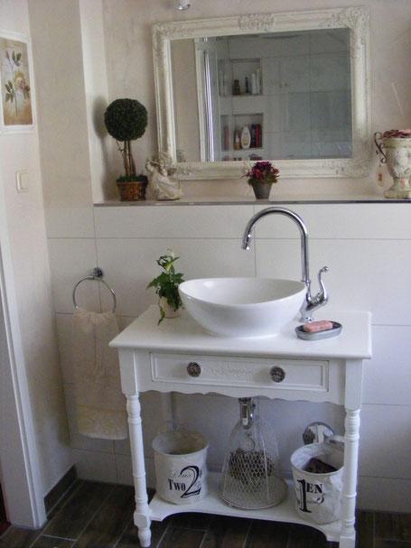 ein badezimmer mit herz und harmonie land liebe badm bel landhaus. Black Bedroom Furniture Sets. Home Design Ideas