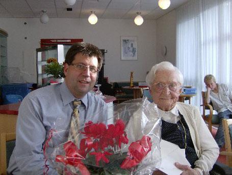 Zu Ihrem 101 Geburtstag gratulierte der Stadtverordneter Günther Langer Irmgard Jänchen ganz herzlich im Namen des Bürgermeister Steffen Mues und des Landrates Paul Breuer.
