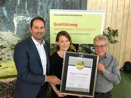 Hier ist ein Bild von Arne Fries und Dieter Solms nehmen die Urkunde entgegen