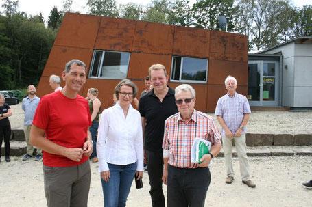 v.l. Landtagsabgeordneter Herr Jens Kamieth, Ministerin Frau Ina Scharrenbach, Bürgermeister Steffen Mues, Herr Dieter Solms