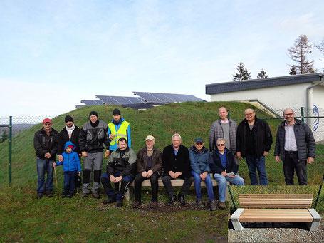 Bild mit Gruppe von Menschen des HV Achenbach sowie in der Mitte der Bank Herrn Bernd Dieter Ferger vom SVB