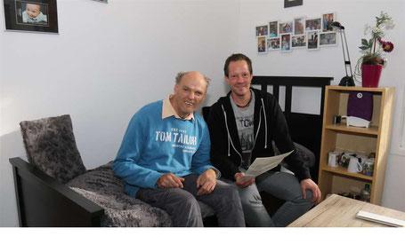 """Bewohner Uwe Wurmbach (li.) und AWo-Betreuer Sascha Schweisfurth gefällt es in der neuen """"Bude"""".  © Thorsten Wroben Siegerlandkurier"""