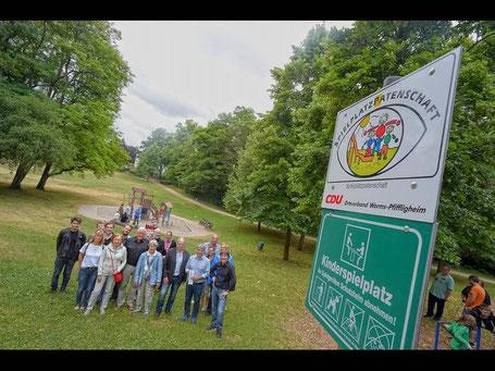 Wollen als Bindeglied zwischen Stadtverwaltung und Spielplatznutzern fungieren: Mitglieder der CDU Pfiffligheim, die die Patenschaft von der Berufsbildenden Schule übernommen hat. Foto: pa/Balzarin