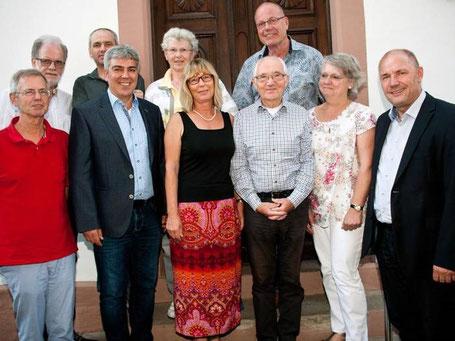 CDU-Vorsitzender Adolf Kessel (r.) und die Mitglieder des Vorstands der Pfiffligheimer CDU (v.l.): Dr. K. Werth, K. Schröding, M. Schmidt, W. Effenberger, C. Arnold, Vorsitzende H. Jennewein, T. Cronewitz, B. Walkenbach und J. Commichau, Foto: J.Kowalsky