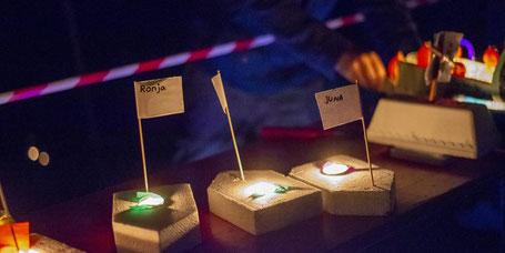 Viele selbst gebastelte Boote – ausgestattet mit Lichtern – schwammen im Dunkeln auf der Pfrimm.  (Foto: BilderKartell/Martin H. Hartmann)