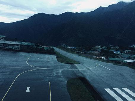 Das Ende der Landebahn am Tenzing-Hillary-Airport ist genau das, wonach es aussieht: Es geht steil bergab hunderte Meter in die Tiefe. Das Foto habe ich übrigens am Tag meiner Rückkehr nach Kathmandu geschossen.