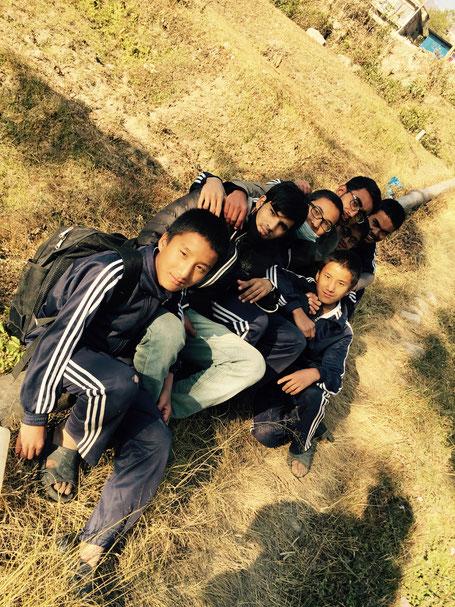 Tageswanderung an den Rand des Kathmandu-Tales: Rapten, Bisham, Norden, J.P., Sachin, Ashok, Sujan (von unten nach oben)