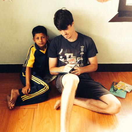 Lukas übt mit Sagar lesen