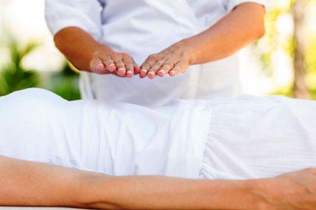 Energiearbeit, Handauflegen, Energieübertragung duch Hände, Reiki, Heilübetragung