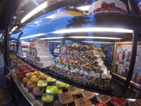 Hafiz Mustafa 1864, 一家24小时营业的甜品店. 人气爆棚, 甜品单厚的跟时尚杂志似的