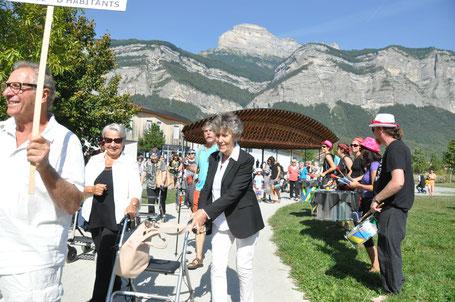 Au rythme de la Batucada de Barraux, le public s'élance dans le parc Jean-Claude Paturel tout proche