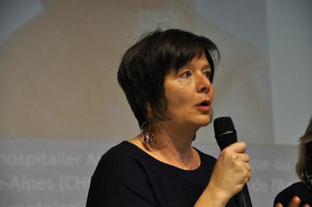"""10h30 : """"La contenance psychique sur le lieu de vie"""" par le Dr Clotilde Pasquier  En quoi le lieu de vie peut être une réponse efficiente et stabilisatrice (ou pas !) de la maladie psychique ?"""