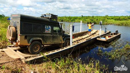 Bei überfluteter Straße geht es ab auf´s Boot