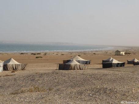 Tentes berbères sur la grande plage du Banc d'Arguin et océan au fond