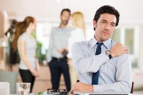 Der Businessman mit Schulterverspannungen freut sich auf den Termin mit BODYALARM.