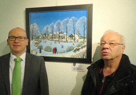 """Bürgermeister Mario Loskill (l.) und Eberhard Spindler (Heimatverein Winterscheid e.V.) bei der Übergabe des Gemäldes """"Winterlicher Dorfweiher in Winterscheid"""""""