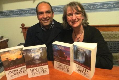 """Saeed Maleki (Grafik Designer) mit Aurelia L. Porter (Autorin) - er hat die Cover zu ihrer """"Nicolae-Saga"""" entworfen."""