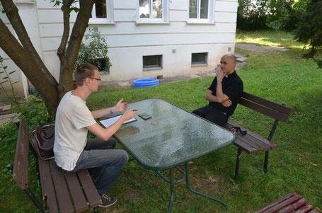 Provisor Pawel Marniak im Gespräch mit Redakteur Rafael Riedler