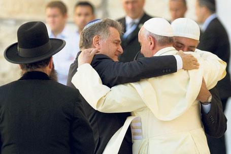 Papst Franziskus umarmt zwei Freunde aus Argentinien, Rabbiner Abraham Skorka und den Islamgelehrten Omar Abboud, vor der Klagemauer in Jerusalem als Zeichen des interreligiösen Dialogs.