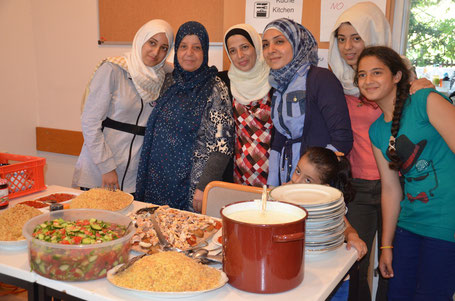 Die zwei syrischen Familien verwöhnten auch die Helfer mit köstlichem Essen.