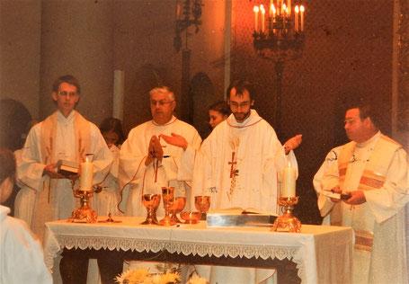 Kaplan Markus Muth (links) und Pfarrer Michael Scharf (2. von rechts)