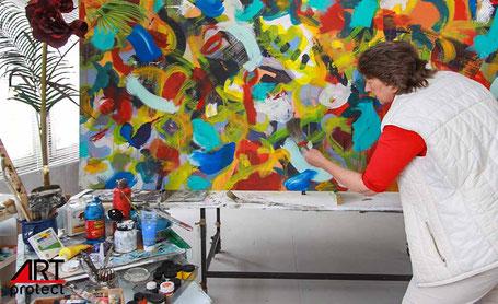 Die Künstlerin in ihrem Atelier in Berlin Pankow