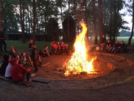 In den Abendstunden wird es etwas kühler. Zum Glück wärmt das Lagerfeuer.