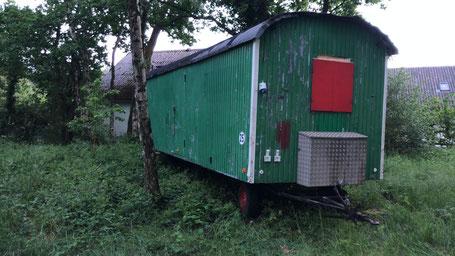 Der Bauwagen wird saniert und zum Teamer-Schlafwagen umgebaut.
