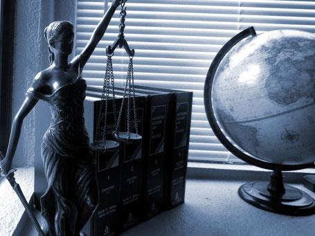 Justizia und die Weltkugel