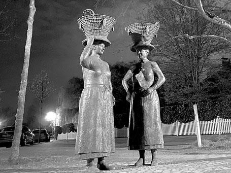 Skulptur der Arster Marktfrauen mit dem Bremer Korb (Foto: 04-2020, Jens Schmidt)