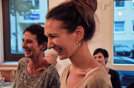 Cafe herzwerk; Marion & Mira; Wortwechsel in violett