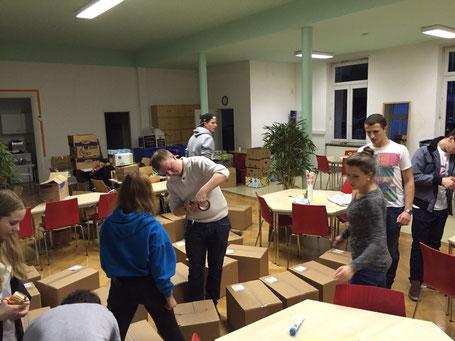 Leos packen Pakete für ankommende Flüchtlinge in Haßloch