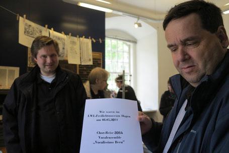 """Martin präsentiert das von Manfred hergestellte auf historische Art und Weise produzierte Dokument mit dem Aufdruck: """"Wir waren im LWL-Freilicht-Museum Hagen am 09.05.2014   --   Chor-Reise 2014 Vocalensemble """"Vocalissimo Bern"""""""