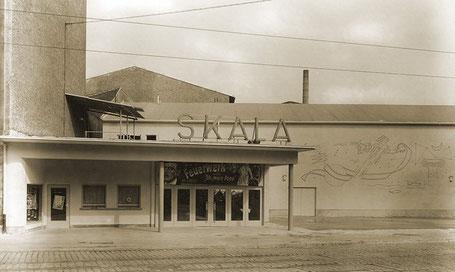 """Eingang des Kinos """"Skala"""" in der Pfinztalstraße 92a in Durlach, 1954."""