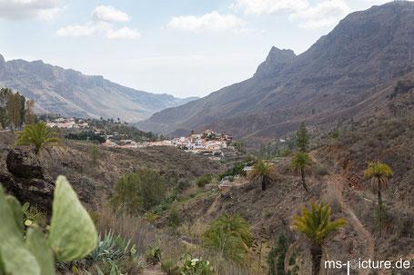 Blick auf Fataga und die umliegenden Berge