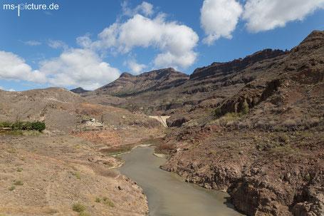 Staudamm in Barranco de Arguineguin mit den Bergen