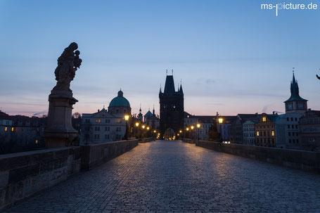Der Sonnenaufgang an der Karlsbrücke