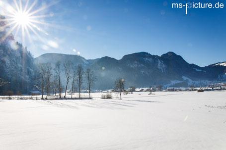 Sonnenschein über der Winterlandschaft in Unterwössen