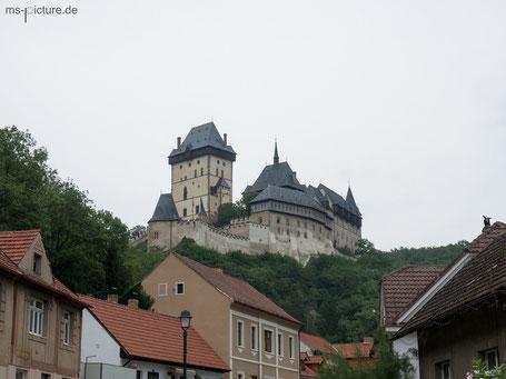 Blick von der Stadt aus auf die Burg Karlstejn