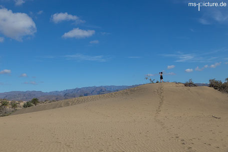 Die Dünen in Maspalomas mit den Bergen im Hintergrund