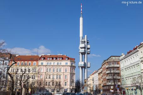 Der Prager Fernsehturm im Stadtteil Zizkov