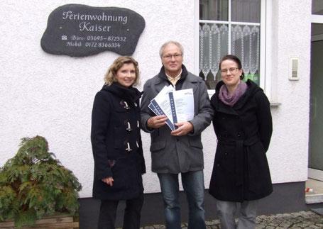 Eva Krüger – Geschäftsführerin der Sole-Heilbad Kurverwaltungs-gesellschaft – und Romy Hartmüller vom Rhönforum e. V. überreichen Ralf Kaiser die Klassifizierungsurkunden.