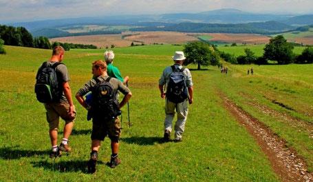 Die Extratouren zum HOCHRHÖNER auf Thüringer Territorium begeistern vor allem – wie hier der Gebaweg – mit herrlichen Aussichten und einer einzigartigen Natur (c) ARGE Rhön